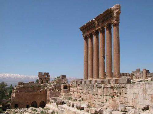 Храм Юпитера был настолько впечатляющ, что по сравнению с ним афинский Парфенон выглядел малышкой: его колоны в три раз ниже колонн Храма Юпитера. Но, как бы не был велик Храм Юпитера, построен он на еще более колоссальном основании...
