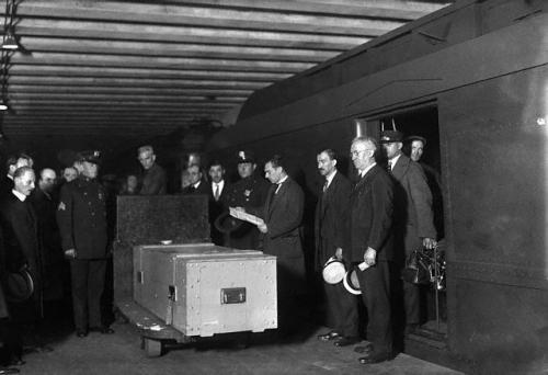 31 октября 1926 года тело Гудини было отправлено из Детройта в Нью-Йорк для предания земле в  бронзовом гробу.
