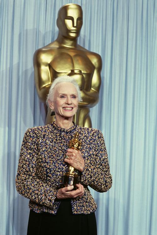 """САМАЯ ПОЖИЛАЯ ОБЛАДАТЕЛЬНИЦА """"ОСКАРА"""" В первый раз Джессика Тэнди была номинирована на премию Американской киноакадемии в 1990 году, когда ей было 80 лет, - и выиграла. Победу ей принесла роль в фильме """"Шофер мисс Дэйзи"""". Интересно, что спустя два года у нее был шанс побить свой же рекорд: в 1992-м ее номинировали за фильм """"Жареные зеленые помидоры"""", но выиграть ей тогда не удалось."""