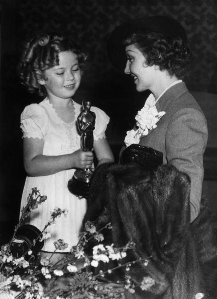 """САМАЯ МОЛОДАЯ ОБЛАДАТЕЛЬНИЦА """"ОСКАРА"""" Ширли Темпл официально самый молодой человек в мире, получивший """"Оскар"""". В 6 лет киноакадемики вручили ей специальную """"Молодежную награду"""". Этот приз Ширли получила в 1934 году, а в 1960-м награду упразднили."""