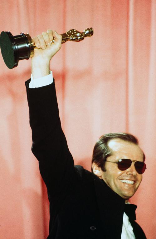 """АКТЕР-ЛИДЕР ПО ЧИСЛУ НОМИНАЦИЙ Джек Николсон не только один из лидеров по числу полученных """"Оскаров"""", но и абсолютный рекордсмен по числу номинаций. Всего за свою карьеру актер был заявлен в 12 номинациях. Как мы уже знаем, в трех из них он одержал победу."""