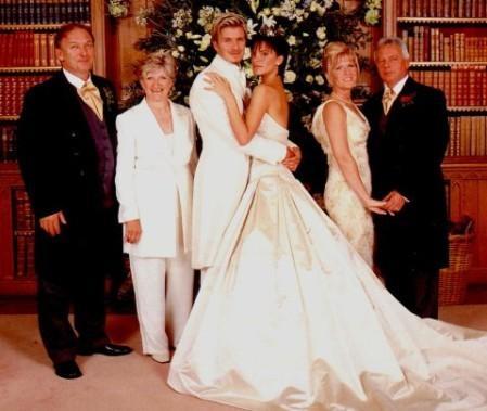 Дизайнер создал для нее великолепный свадебный наряд, в котором она пошла под венец с Дэвидом Бекхэмом в 1999 году. Отметим, что платье вошло в десятку