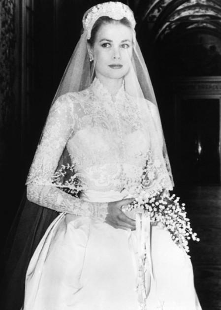 Голливудская актриса Деми Мур в торжественный день надела простое свадебное платье, которое сшил лично для нее Альбер Эльбаз, дизайнер дома Lanvin