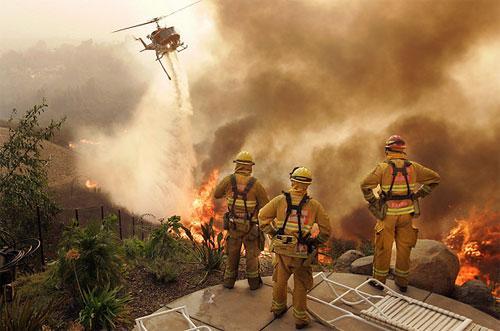 Тушение пожара в Эскондидо, Калифорния, октябрь 2007.