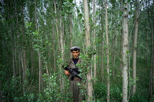 Курдский мятежник в пролеске на Севере Ирака.