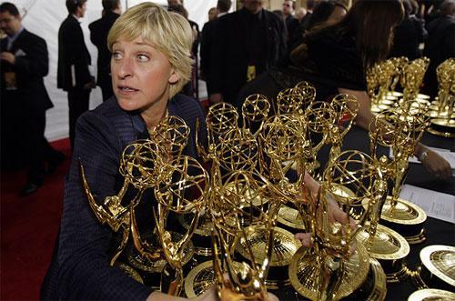 Хозяйка ток-шоу «The Ellen DeGeneres Show»  - и по совместительству, хозяйка 79-ой церемонии «Оскар» в этом году -  Эллен Дедженерес (Ellen DeGeneres) в шутку захватывает охапку статуэток Эмми за кулисами на телевизионном показе в сентябре.