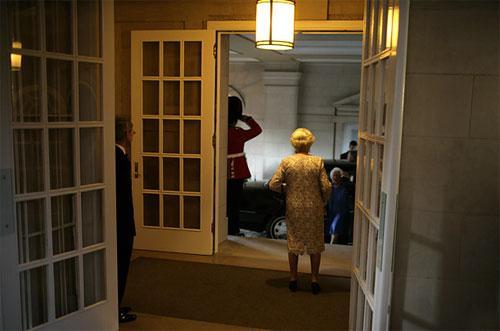 Британская королева Елизавета Вторая (Elizabeth II), посетившая в мае США, ждет семью американского президента Буша перед обедом в британском посольстве.
