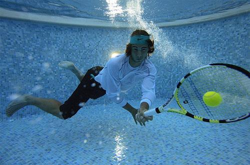 Испанский теннисист Рафаэль Надал (Rafael Nadal) позирует в бассейне в Монте Карло, Монако.