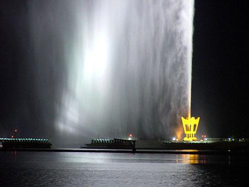 Техническая часть фонтана Фахда состоит из насосной станции и питающей её электростанции. Сначала обе они были построены на барже длиной 90 метров, которую затем частично затопили — попросту для того, чтобы вся эта некрасивая часть конструкции не бросалась в глаза.
