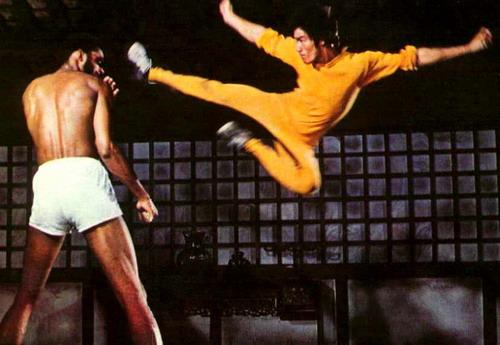 Что касается фильма «Игра смерти», роль в котором стала для Ли роковой, то он был доснят только спустя 5 лет после его смерти при помощи двух дублёров: главным образом Тай Чун Кима и Йена Бяо (исполнившего акробатические трюки).