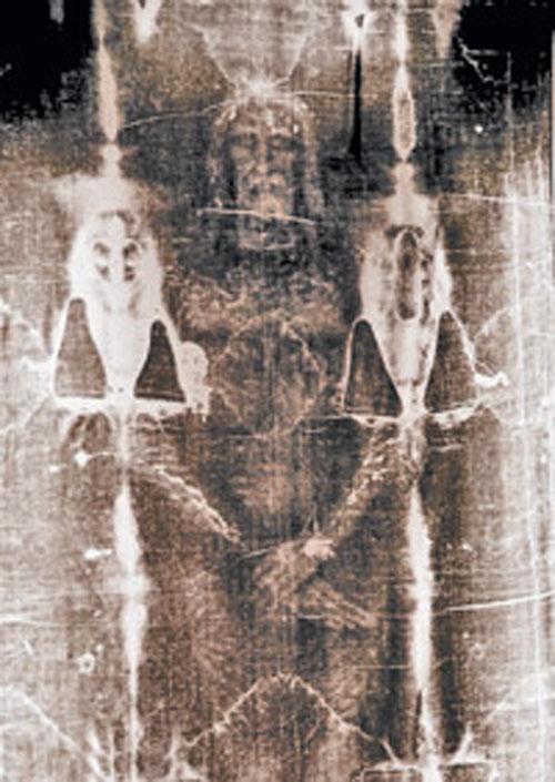 Конечно, программа, конвертирующая плоскостной отпечаток в трехмерный, была по нынешним меркам примитивной. Но и тогда ученых потрясло, что полученная фигура была анатомически очень точной. И версия скептиков о том, что изображение на плащанице всего лишь рисунок, который сделал художник в средние века, отпала.
