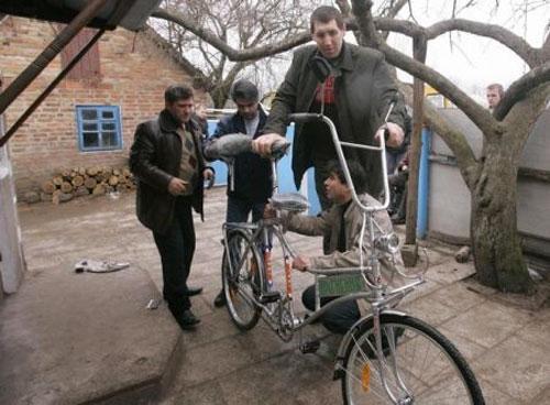 Леонид Стадник.Украина.. на сегодняшний день-он самый высокий человек в мире. его рост-2 метра 56см.