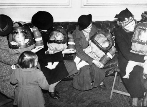 Детские противогазы Детские противогазы времён Первой мировой войны были невероятно громоздкими. К тому же взрослый человек был вынужден постоянно качать ручной воздушный насос, что в чрезвычайных условиях делать было весьма непросто. В США детские противогазы делали в виде Микки Мауса, чтобы не пугать малышей.