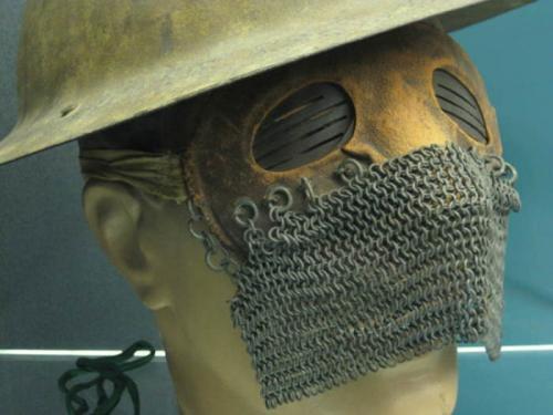 Маски для танкистов Хотя эти маски выглядят как средневековые орудия пыток, на самом деле их надевали для защиты лица британские танкисты в одном из первых крупных танковых сражений в истории - в битве при Камбре в 1917 году.