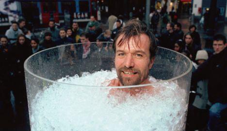 48-летний датчанин Вим Хоф может плавать в арктических водах, подниматься на Монблан в одних шортах и часами сидеть в морозильной камере.