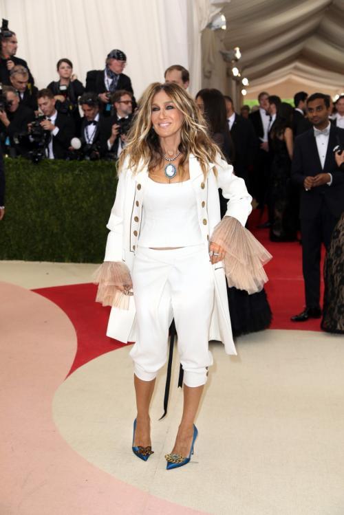 Сейчас в ее копилке участие в разработке коллекций одежды, обуви и аксессуаров для модных брендов, а также собственная именная коллекция обуви.