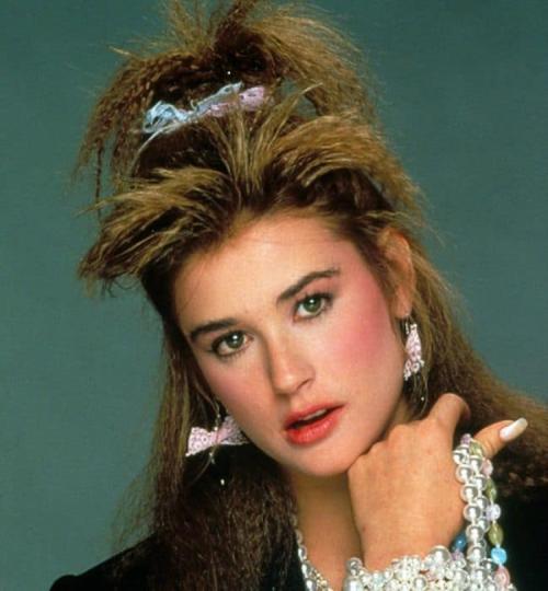 Деми МурЕще в конце 80-х актриса меняла форму носа и прикус, а также избавилась от очков.