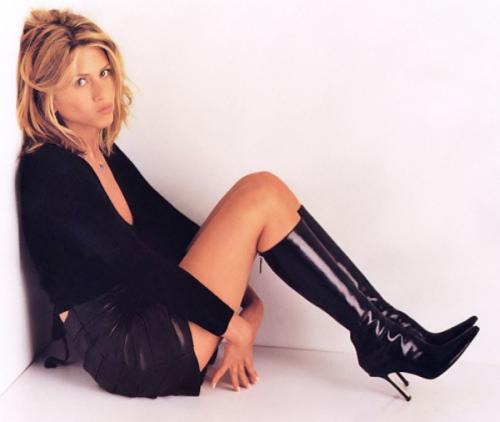 """В конце 90-х стилист сериала """"Друзья"""" Крис Макмиллан сделает ей культовую каскадную стрижку. Нос тоже пришлось подправить, в результате перед красавицей не устоял и Брэд Питт."""