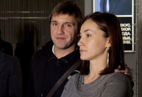 Супруги разошлись без скандала, поставив во главе угла благополучие дочери. Позднее Филиппова рассказала, что новый роман супруга ее сильно ранил.