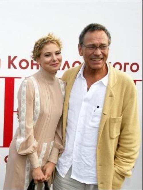 Спустя год после знакомства Кончаловский развелся с женой и сделал Юлии предложение.