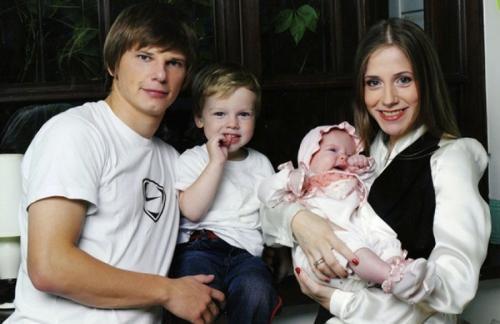 Андрей Аршавин Российскому спортсмену не помешали девять лет гражданского брака, которые он прожил с Юлией Барановской, когда футболист оставил ее с тремя детьми.