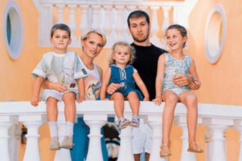 Роман Абрамович Олигарх развелся с женой Ириной, с которой у него было шестеро детей, ради новой возлюбленной.