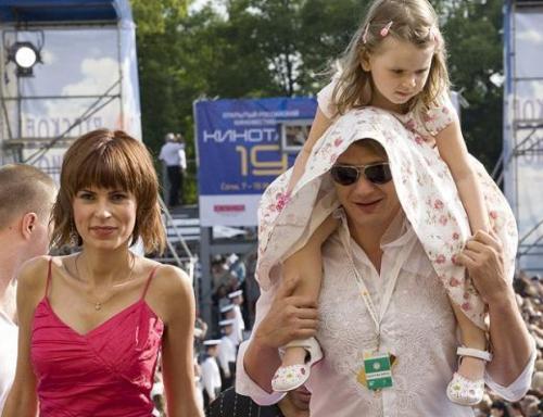 """Марат Башаров Актер и Елизавета Круцко познакомились на съемках фильма """"Сибирский Цирюльник"""", сыграли свадьбу по мусульманским обычаям, а в 2004 году у них родилась дочка."""