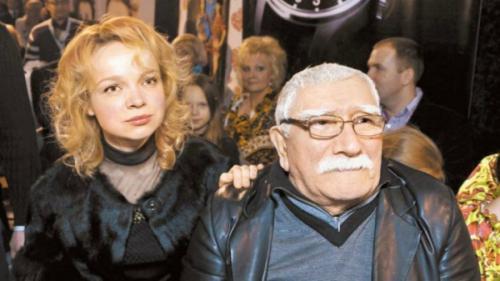Чуть позже стало известно, что причиной разрыва стала 34-летняя пианистка Виталина Цымбалюк-Романовская, с которой актер живет вместе. Актер даже связал себя узами брака с молодой возлюбленной.