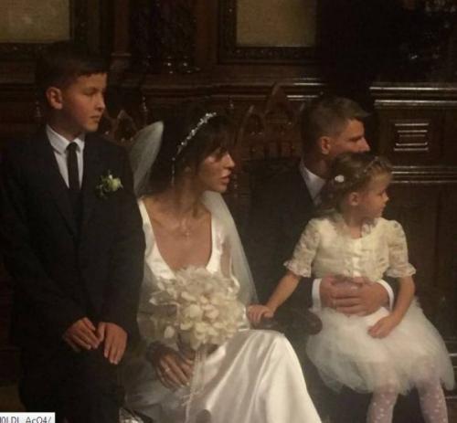 Сам Аршавин женился на новой возлюбленной и воспитывает ее двоих детей от первого брака.