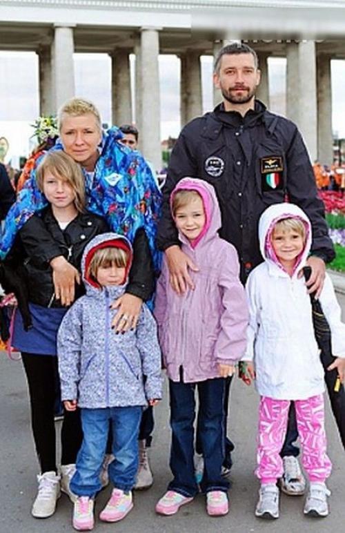Владимир Кристовский Лидер группы Uma2rmaH в 2013 году развелся с женой Валерией Кристовской (Римской), оставив ее с четырьмя детьми.