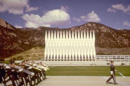Здание состоит из 100 одинаковых алюминиевых тетраэдров, между которыми расположены витражи…