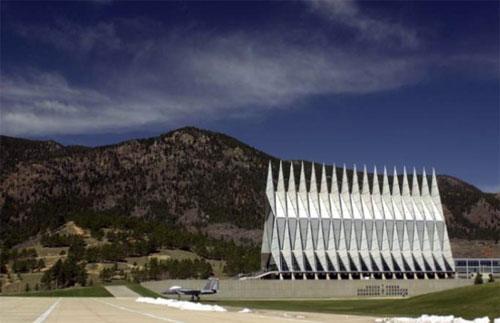 Высота здания - около 45 метров,  длина -  85 метров...