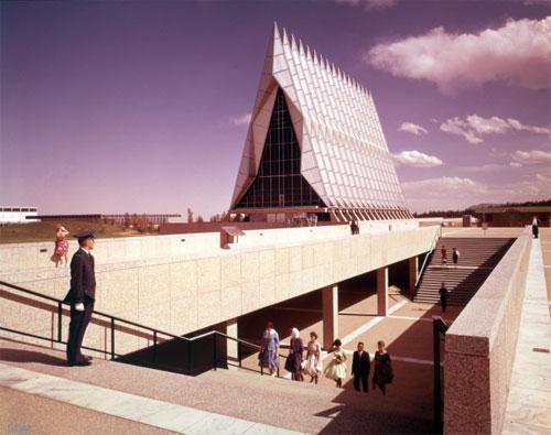 Архитектор Вальтер Нетш говорил, что этот дизайн был выполнен под впечатлением от собора Сан-Шапель в Париже, Шартрского собора и базилики Сан Франческо д`Ассизи в Италии.