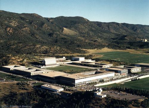 Кадетская часовня с её 17 шпилями - одно из самых узнаваемых зданий на территории Академии ВВС.