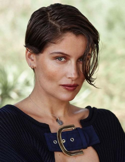 """Летиция Каста Топ-модель из Франции в 15 лет получила приглашение от модельного агентства """"Madison Models"""" и вскоре стала фотомоделью в журнале Elle. В 1993 году она приняла участие рекламной кампании джинсов """"Guess""""."""