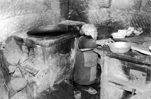 Эксперты говорят, что замедление или остановка роста, как правило, случается у 1 из 20 000 человек, поэтому происходящее в китайской деревне и кажется чем-то таинственным. Особенно учитывая тот факт, что, как показывают исторические наблюдение карликов, несколько сотен из них проживали в районе Сычуань в «одной точке».