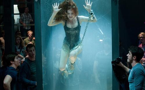 «На самом деле я в буквальном смысле тонула. А все думали, что я настолько правдоподобно играю. Никто не понял, что же произошло на самом деле». Рыжеволосая актриса оставалась под водой в течение почти пяти минут, прежде чем ей удалось высвободиться. И хотя Айла Фишер была одной ногой в могиле, она до сих пор шутит над этим неприятным эпизодом в своей актёрской карьере: «Кто хочет умереть в купальнике?»