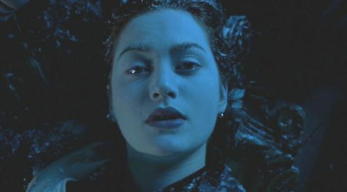 Кейт Уинслет пережила много неприятностей, исполняя роль Роуз, богатой, но авантюрной рыжеволосой красавицы. Ей удалось избежать многочисленных случаев простуды, жутких ушибов и трещин в костях, которые случались на съёмочной площадке, однако во время съёмок душераздирающей сцены, когда Роузи и её возлюбленный Джек Доусон (Jack Dawson), находясь под водой, оказываются напротив решётки, Кейт Уинслет поняла, что такое настоящий страх.
