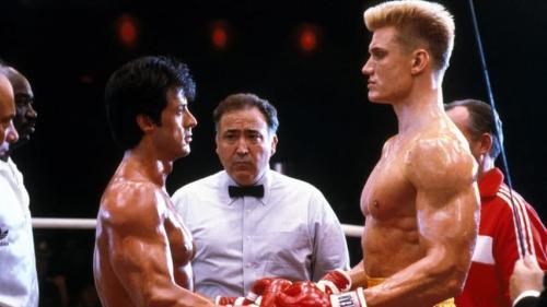 14. Сильвестр Сталлоне (Sylvester Stallone) — «Рокки IV» («Rocky 4″) Не всё шло гладко и во время съёмок фильма «Рокки 4″ в 1985 году. Сильвестр Сталлоне, который по сюжету должен был драться со своим ненавистным противником в исполнении Дольфа Лундгрена (Dolph Lundgren), решил, что было бы более правдоподобно, если бы Лундгрен на самом деле нокаутировал его во время сцены боя. Лундгрен отлично справился с этой задачей, ударив с такой силой, что Сильвестра Сталлоне пришлось госпитализировать.