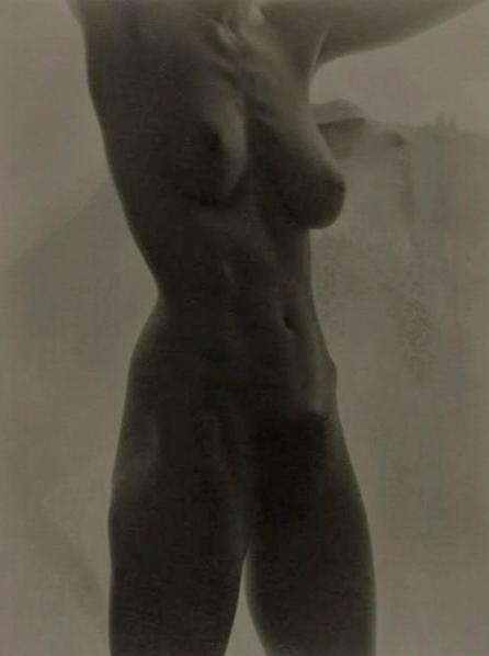 Альфред Стиглиц — «Джорджия О'Киф», 1919Больше всего американский фотограф и галерист Альфред Стиглиц известен эротическими снимками собственной супруги — художницы Джорджии О'Киф. Их творческий союз подарил миру 300 арт-объектов.Цена — $1 360 000.