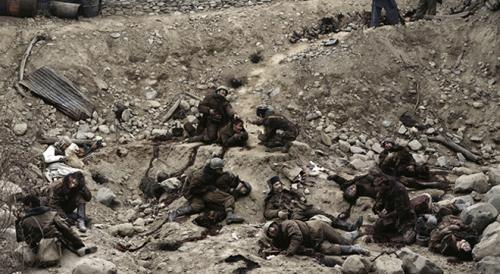 Джефф Уолл — «Говорят мертвые воины», 1992Канадец Джефф Уолл создал этот снимок по мотивам войны в Афганистане. Несмотря на реалистичность фотографии, сцена постановочная — фото сделано в студии при участии актеров и гримеров.Цена — $3 666 500.