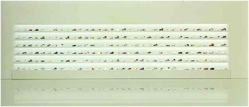 Андреас Гурски — «Без названия — 5», 1997На снимке самого дорого фотографа в мире изображена полка-стеллаж с десятками пар обуви. Фотография была продана 6 февраля 2002 году за $559 724.