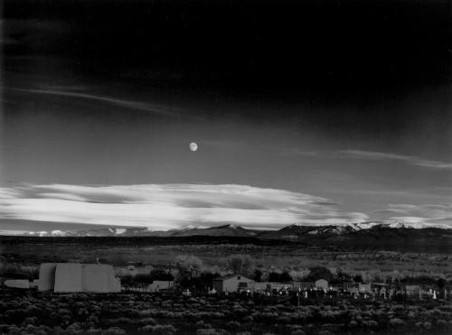 """Ансель Адамс — """"Восход луны. Эрнандес, Мексика"""", 1948Американский фотограф 20 века, специализирующийся на фотографировании пейзажей Дикого Запада, сделал эту фотографию, проезжая по Санта-Фе в поисках хорошего ракурса. Хороший ракурс неизвестный ценитель фотографии оценил в $609 600."""