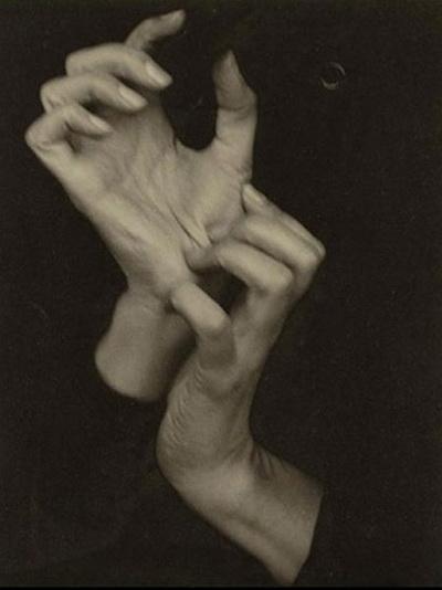 """Альфред Стиглиц - """"Руки"""" Стиглиц стал первым фотографом, чьи произведения удостоились музейного статуса. На фотографии, проданной в 2006 году, изображены руки жены Альфреда Стиглица. Цена $1 470 000."""
