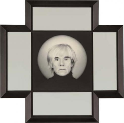 """Роберт Маплеторп — """"Энди Уорхолл"""", 1987Энди Уорхолл — известный художник - тут участвует в роли героя картины. Особая стилистика и темный цвет придает фотокомпозиции прямо-таки религиозный подтекст.Портрет был продан на аукционе Christie s в Нью-Йорке в 2006 году за $643 200"""