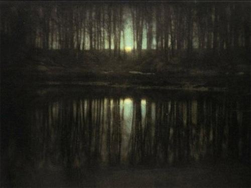 """Эдвард Стайхен - """"Лунное сияние на пруду"""", 1904 Эдвард Стайхен - великий американский фотограф, помог преобразовать фотографию в форму искусства. """"Лунное сияние на пруду"""" является одной из первых цветных фотографий в новой истории. Продана за $2 928 000."""