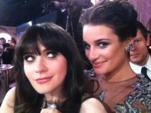 ������� � ������ ��� �������� (Zooey Deschanel) � ��� ������ (Lea Michele).