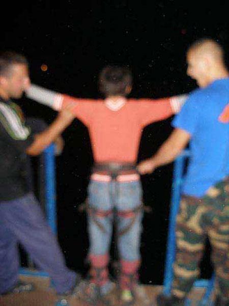 До Юли в этот день со злополучного моста прыгнули порядка семи человек. Когда подошла очередь Юли, эластичная веревка, обвязанная вокруг ее ног, просто разорвалась...
