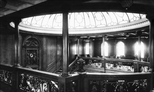 Согласно свидетельствам очевидцев, тонущий океанский лайнер был похож на огромный ярко освещённый город, уходящий в пучину вод, однако немногие задумываются над тем, почему собственно на «Титанике» практически до последнего момента работало электричество, ведь по логике вещей все пассажиры и члены экипажа стремились как можно скорее покинуть корабль.