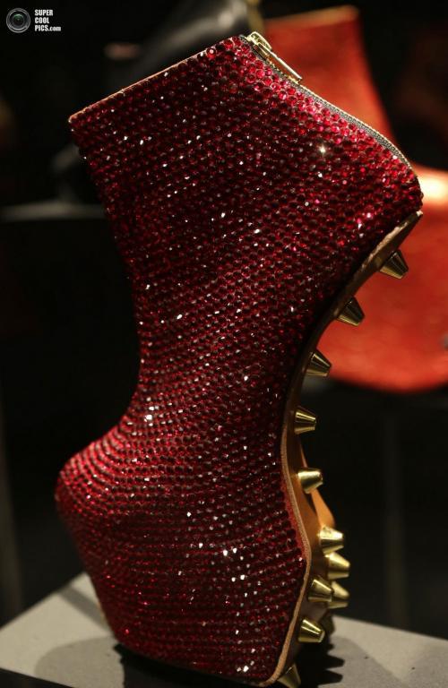 Шипованные туфли из коллекции японского модельера Норитаки Татеханы (Noritaka Tatehana):